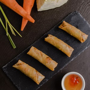 PRAWN SPRING ROLL WITH PLUM SAUCE